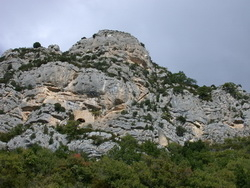 Les ruines du château sous le rocher